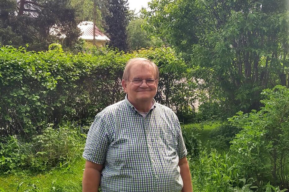 Vesisaneeraushankkeen haastateltava Jan Furstenborg puutarhassaan Pitäjänmäellä.