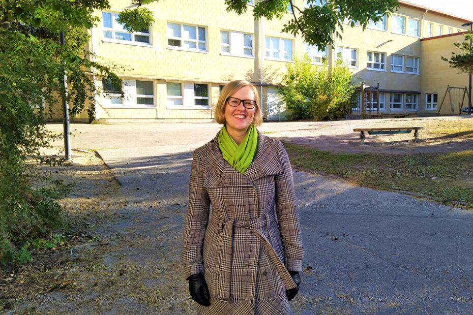 Rehtori Outi Hokkanen koulun pihalla.